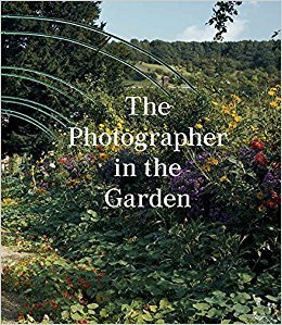 THE PHOTOGRAPHER IN THE GARDEN /ANGLAIS