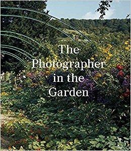 THE PHOTOGRAPHER IN THE GARDEN /ANGLAIS