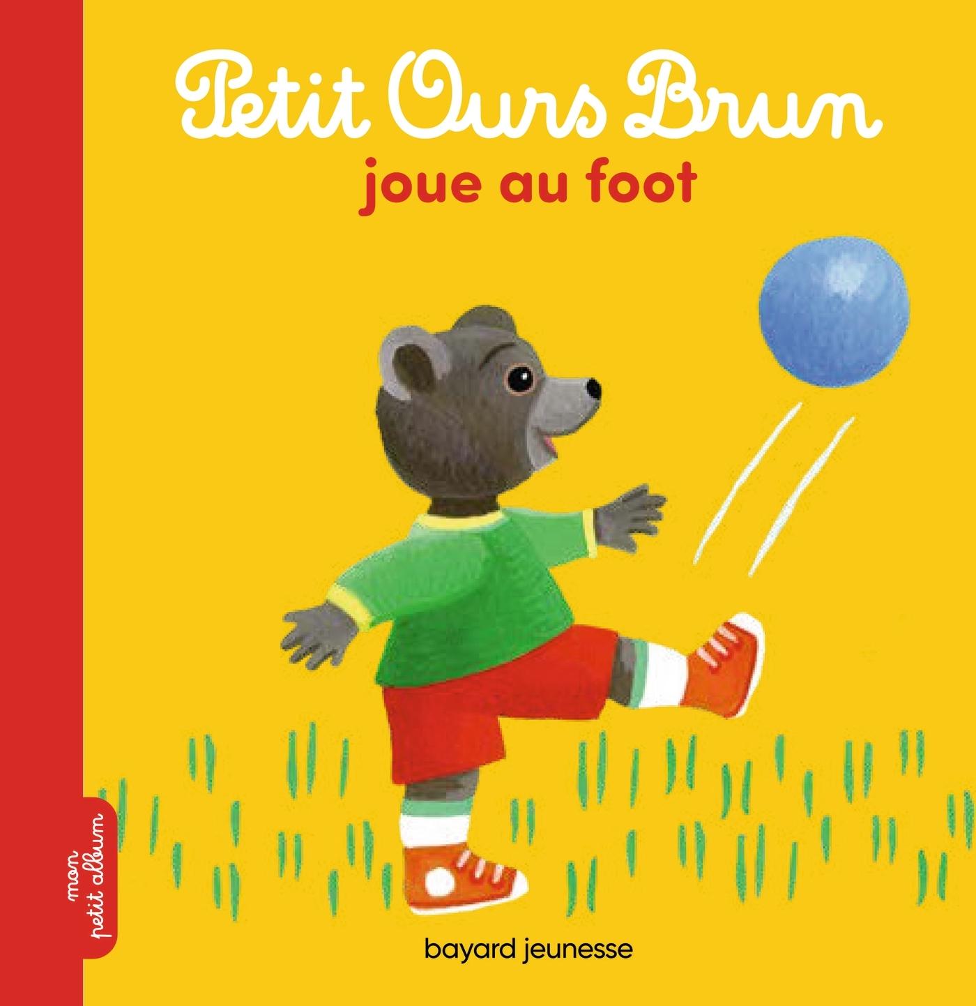 PETIT OURS BRUN JOUE AU FOOT